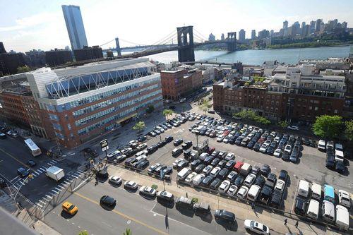 Недостаточно используемая стоянка находится на 250 Water Street, где Hughes Corporation планирует построить две жилые башни.