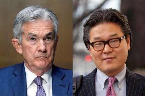 Когда председатель Федеральной резервной системы Джером Пауэлл (слева) стимулировал таких стрелков хедж-фондов, как Билл Хван (справа), удерживая процентные ставки на уровне нуля, Хван делал огромные ставки, используя «свопы на общую доходность», которые стоили ему миллиардов долларов, когда его позиция с высокой долей заемных средств в ViacomCBS резко упала.