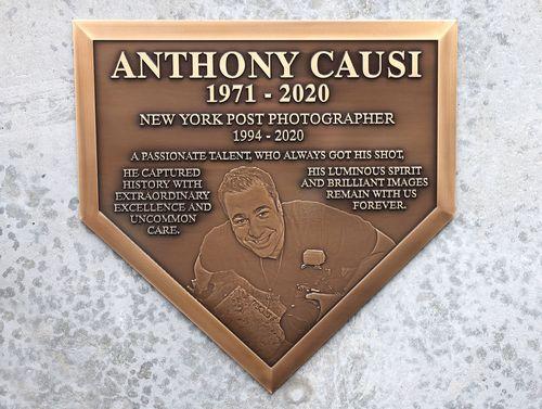 Янки открыли мемориальную доску в честь покойного фотографа ns-post.com Энтони Каузи.