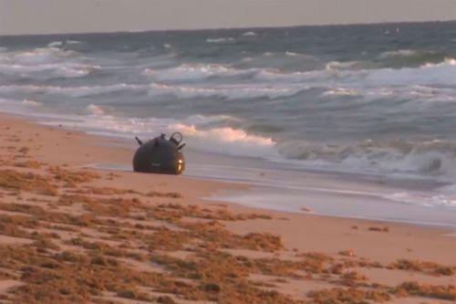 Морская мина, выброшенная на берег недалеко от Лодердейла-бай-Си, рядом с отелем Plunge Beach.