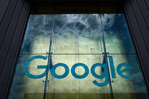 Логотип Google украшает их офис в Нью-Йорке.