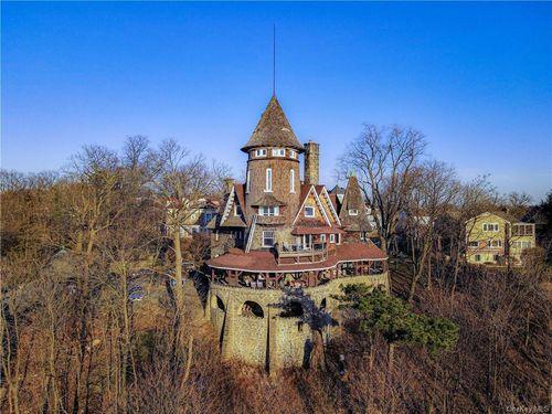 Этот замок стоимостью 1,3 миллиона долларов с 31 комнатой имеет все романтические черты, включая шестиэтажный шпиль, католическую часовню и 360-градусный вид на Манхэттен и реку Гудзон.