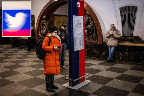 Пассажиры пользуются мобильными телефонами на станции метро Площадь Революции в Москве 10 марта 2021 года.