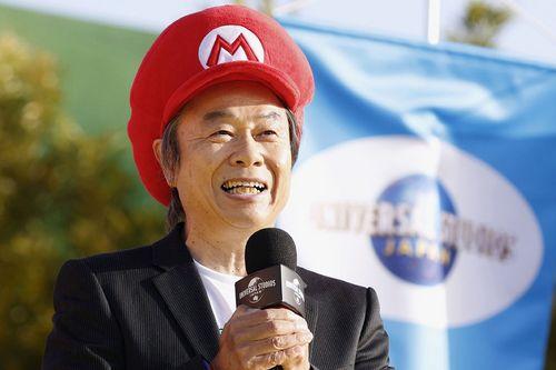 Сигеру Миямото, японский дизайнер видеоигр, продюсер и игровой директор Nintendo, выступает на церемонии открытия Super Nintendo World 18 марта 2021 года.